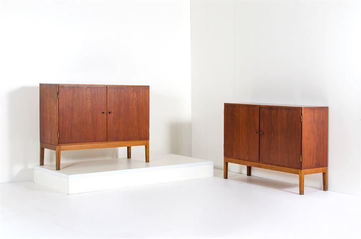 Credenza Danese : Produzione danese : coppia di credenze a due sportelli in legno