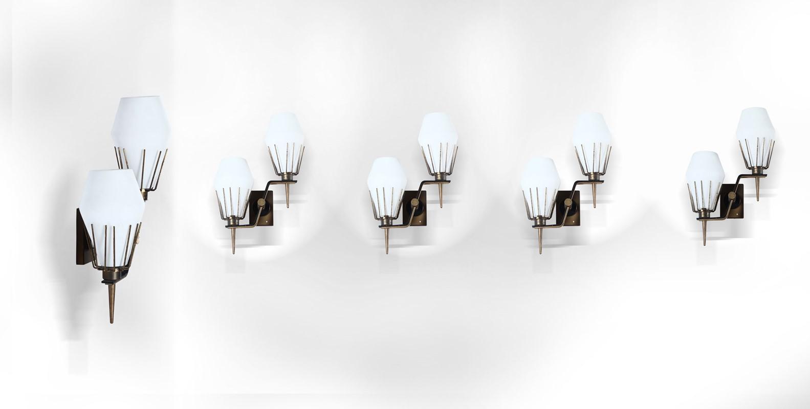 Cinque appliques con struttura in ottone e diffusori in vetro