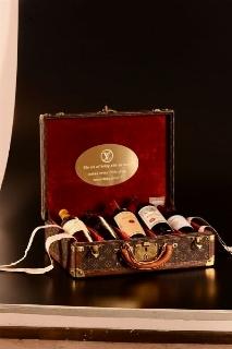 Selezione di vini pregiati entro valigetta Louis Vuitton in tela Monogram con finiture in pelle ed angoli in ottone dorato (LV numero seriale 967535)